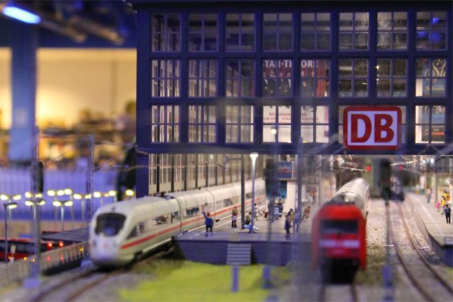 Levendig modelspoor station
