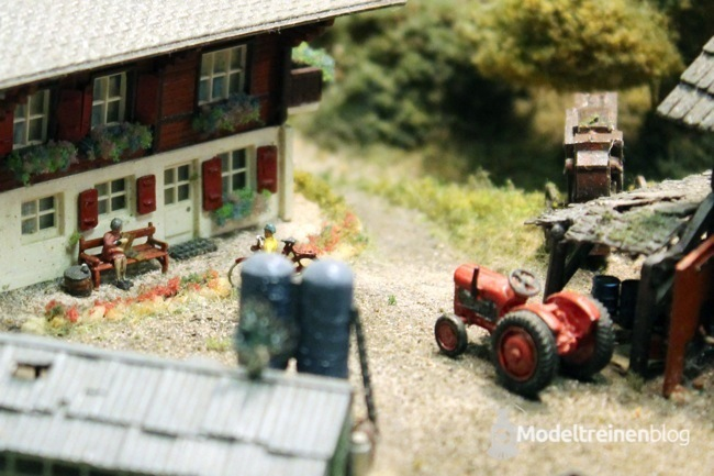 schaal n huis en tractor op de lahntalbahn