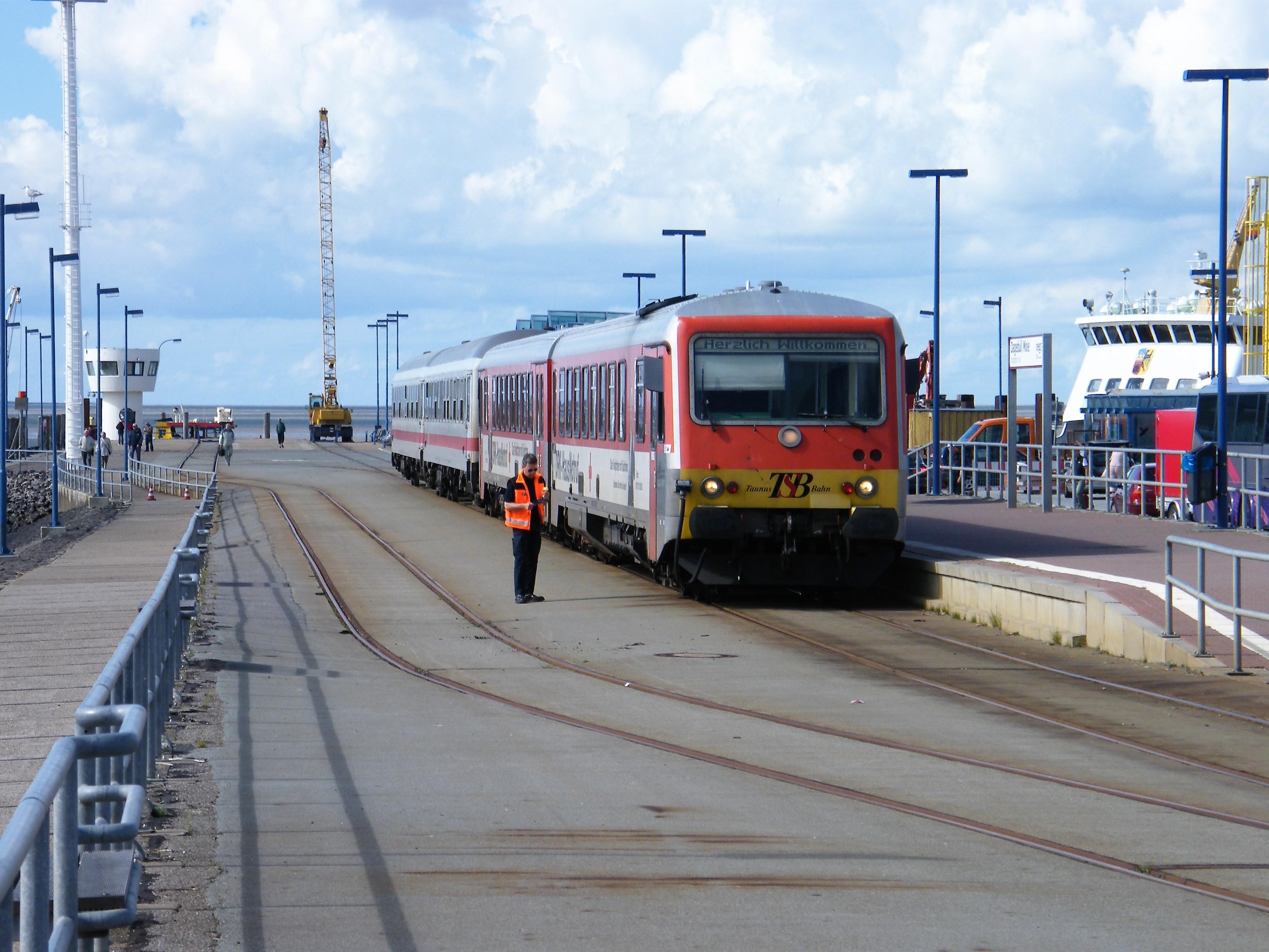 Haven in grootbedrijf: dit dubbele havenspoor is gelegen bij een Waddenzee-veerhaven, waar ook reizigerstreinen arriveren voor de veerpont