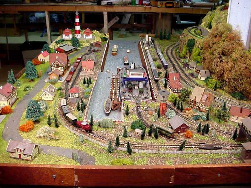 Havenspoorlijn: Havenbekken in model (N-spoor): zo kan een havenbekken op de modelbaan worden gerealiseerd. Dit havenbekken maakt deel uit van een Zwitserse clubbaan