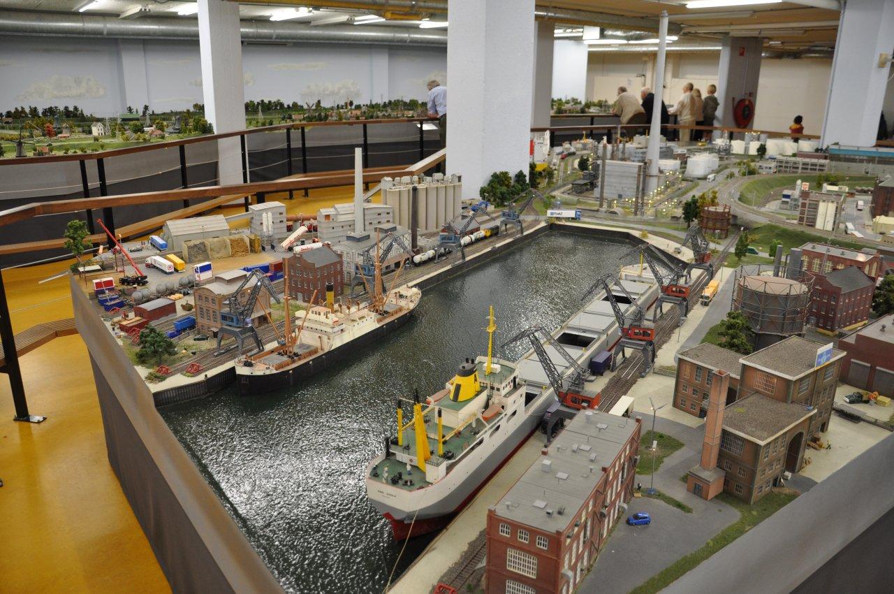Havenbekken in model: ook deze H0-baan is een Zwitserse clubbaan. Beide voorbeelden van een modelbaan-haven hebben een open toegang en dus wordt gesuggereerd dat het zeehavens zijn