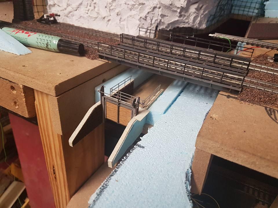 Sluis in aanbouw (2): Jowie Fordman bouwt in zijn modelbaan een sluis in de rivier